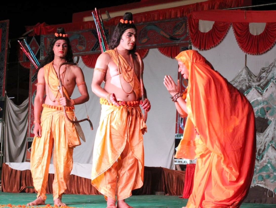 बिजनौर में रामलीला मैदान में राम से मिलती सबरी।