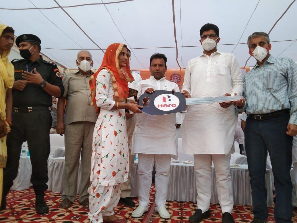 खरकरामजी गांव की सरपंच कविता को स्कूटी की चाबी भेंट करते उप मुख्यमंत्री दुष्यंत चौटाला।