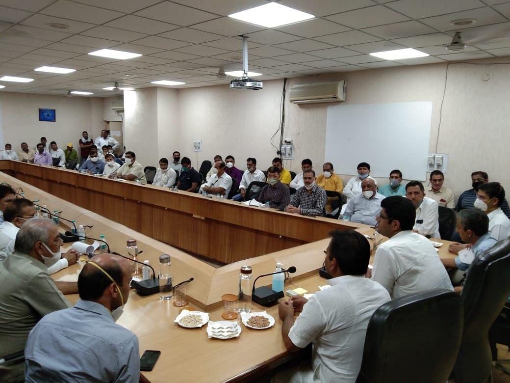 जिला पार्षदों और अधिकारियों के साथ बैठक करते उप मुख्यमंत्री दुष्यंत चौटाला।
