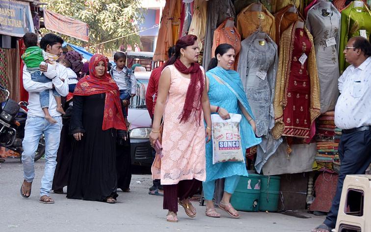 रायवाला स्थित बाजार में बिना मास्क के खरीदारी करते परिवार