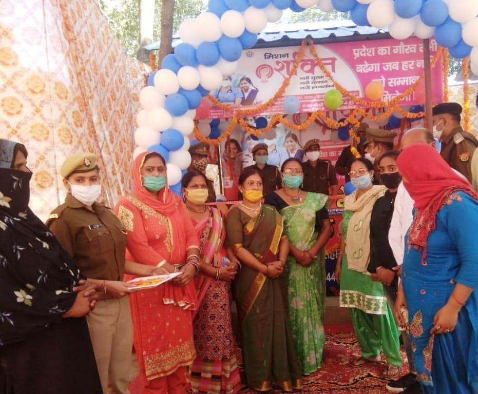 गंगोह कोतवाली में महिला हैल्प डेस्क का उद्घाटन करती भाजपा नेत्री