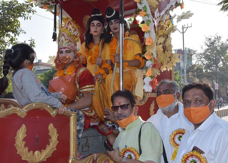 सहारनपुर के पुराना शुगर महरवीर दल पंचायती मन्दिर समिति से हनुमान जी की शोभा यात्रा में सजी झांकी