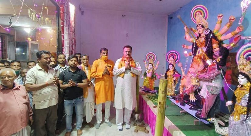 रुद्रपुर में दुर्गा पूजा उत्सव का शुभारंभ करते विधायक राजकुमार ठुकराल।