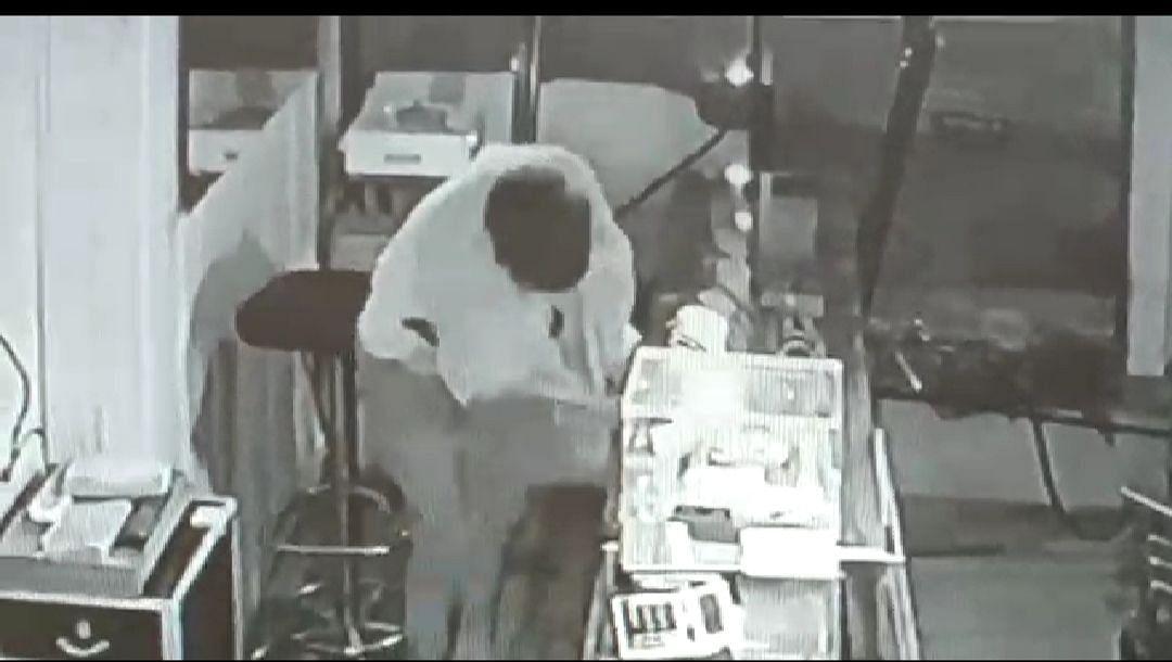 श्यामपुर में ज्वेलर्स की दुकान में चोरी करते सीसीटीवी कैमरे में कैद हुआ चोर।