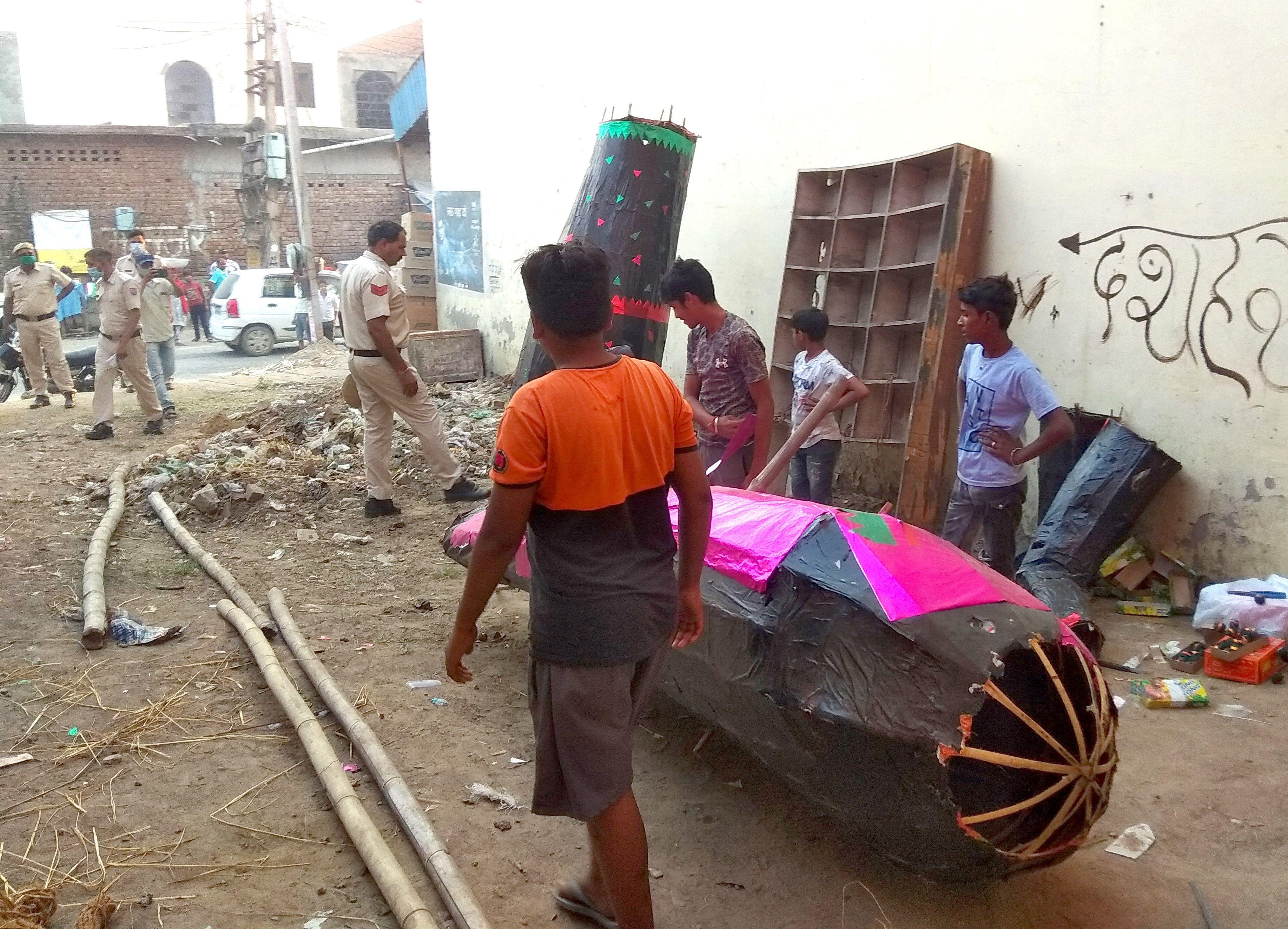 सिलानी गेट के पास रावण के पुतले को हटाने की बात कहता पुलिसकर्मी।