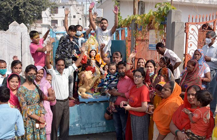खलासी लाइन दुर्गा वाडी दुर्गा समिति से दुर्गा विसर्जन को जाते श्रद्घालु