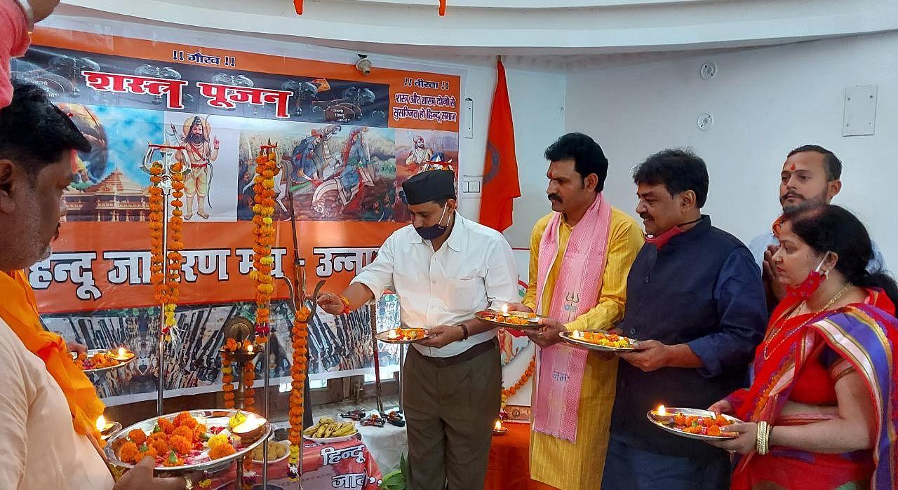 विजयदशमी पर्व पर शस्त्र पूजन करते सदर विधायक पंकज गुप्ता व हिंदू जागरण मंच पदाधिकारी।