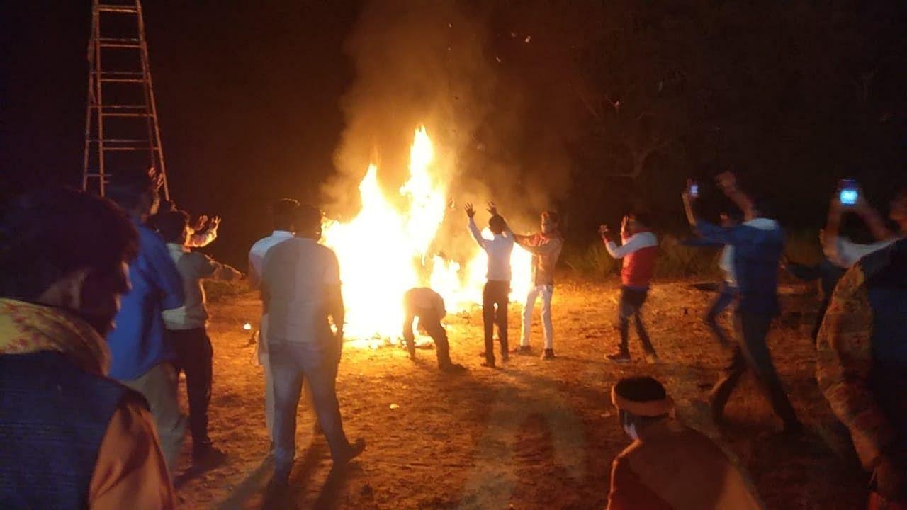 असोहा के उतरौरा गांव में धू-धू कर जलता रावण का पुतला।