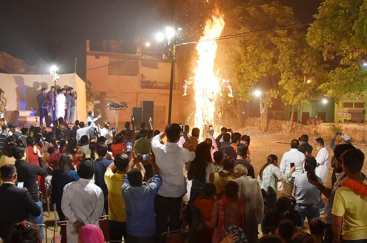 सहारनपुर के जिला कांग्रेस कमेटी कार्यालय पर विजय दशमी पर दशहरे पर रावण के पुतले का  दहन