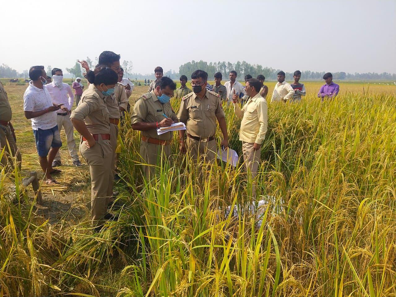 संग्रामगढ़ थाना क्षेत्र के आमीपुर गांव के पास धान के खेत में शव मिलने की जानकारी पर पहुंची पुलिस।