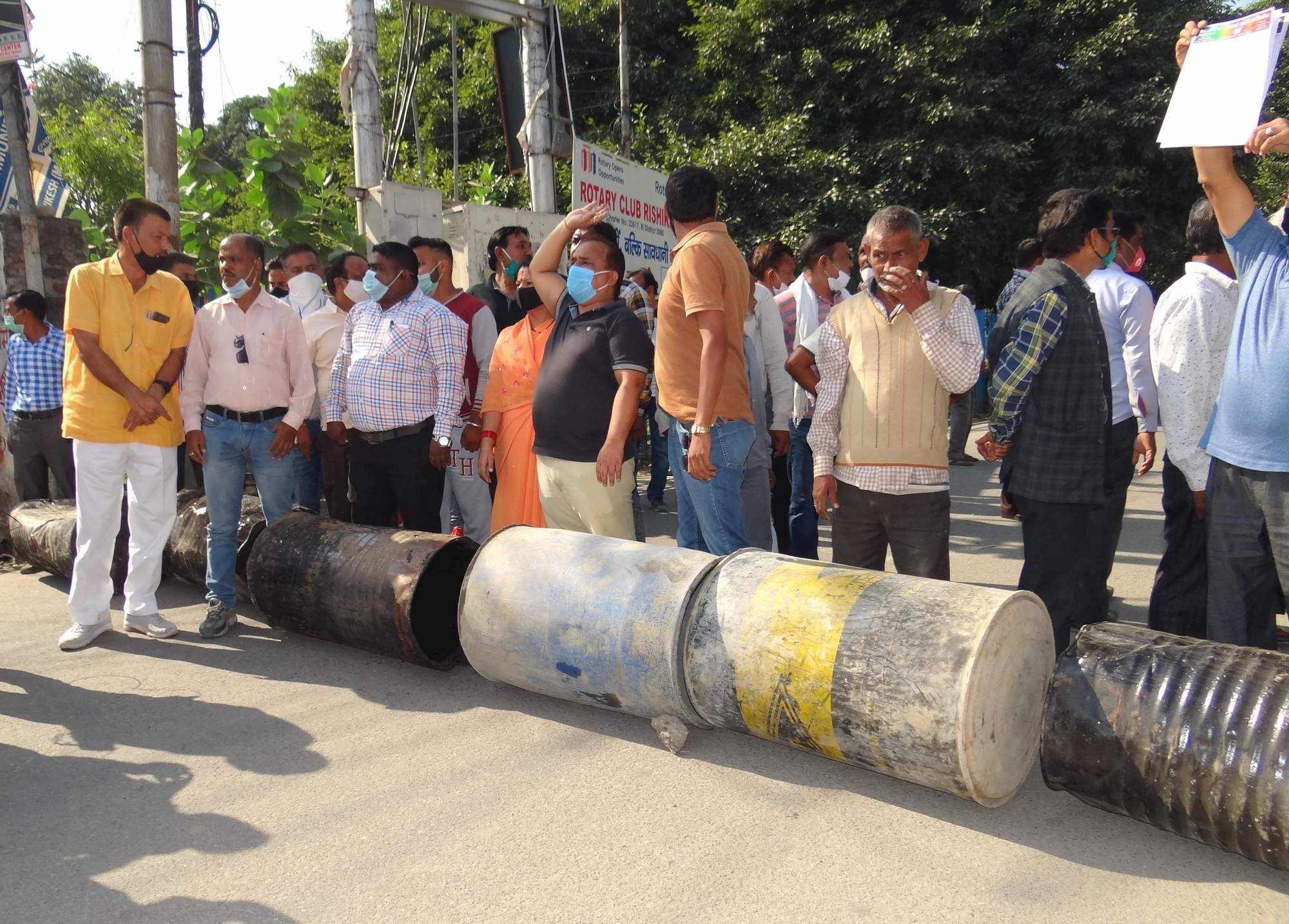 युवक कि मौत के बाद स्टेशन के बाहर सड़क पर जाम लगाते स्थानीय लोग ।