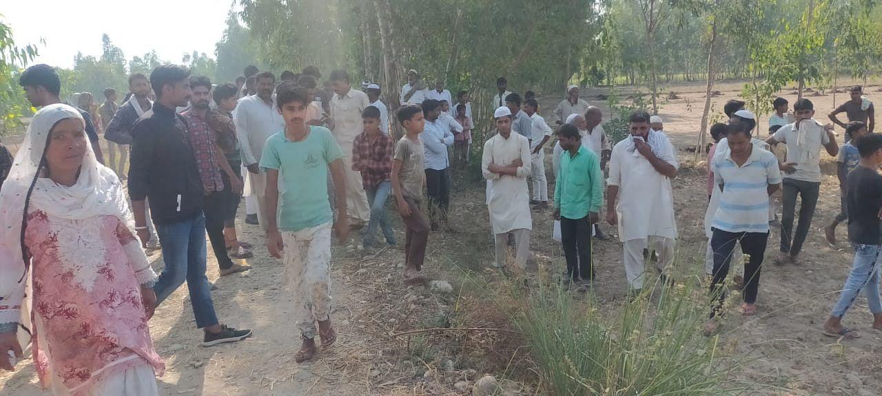 हादसे के बाद गांव हिंदूवाला में मौके पर जमा ग्रामीणों की भीड़