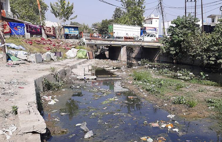 पांवधोई नदी स्थित धोबीघाट पर लगा नदी में गंदगी का ढेर