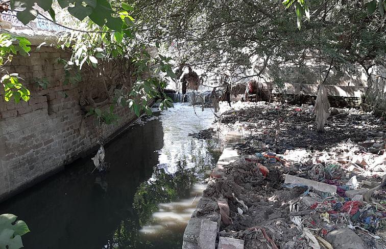 पांवधोई नदी पर लगा नदी में गंदगी का ढेर और नदी में गिरता गंदा
