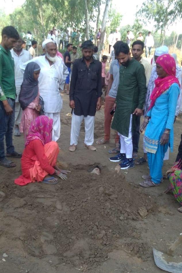 गांव हिदूवाला में करंट लगने के बाद मिट्टी में दबाई गई बच्ची
