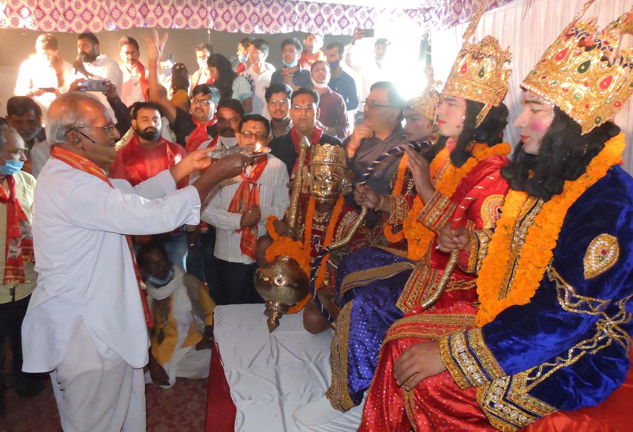 रामलीला मैदान में रावण दहन के बाद राम लक्ष्मण सीता की आरती करते संरक्षक जयनारायण अग्रवाल।