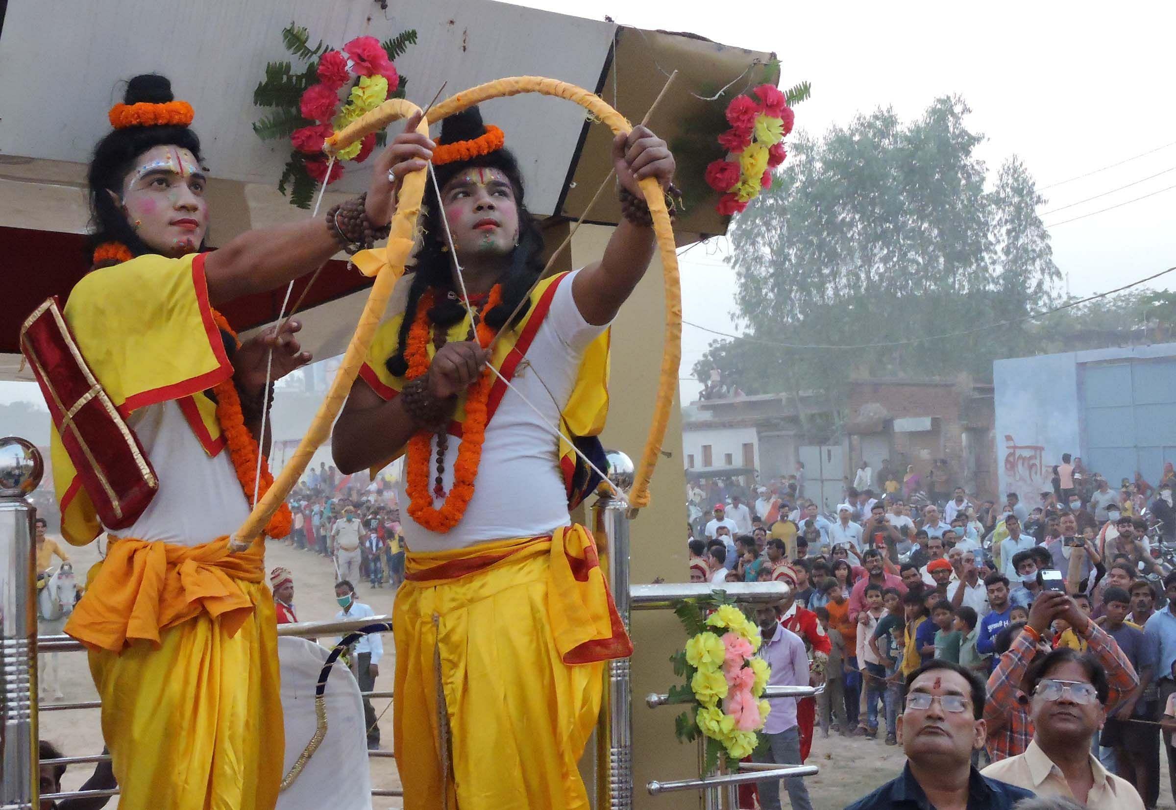 दशहरा पर रामलीला मैदान में रावण के पुतले पर तीर चलाते राम लक्ष्मण।