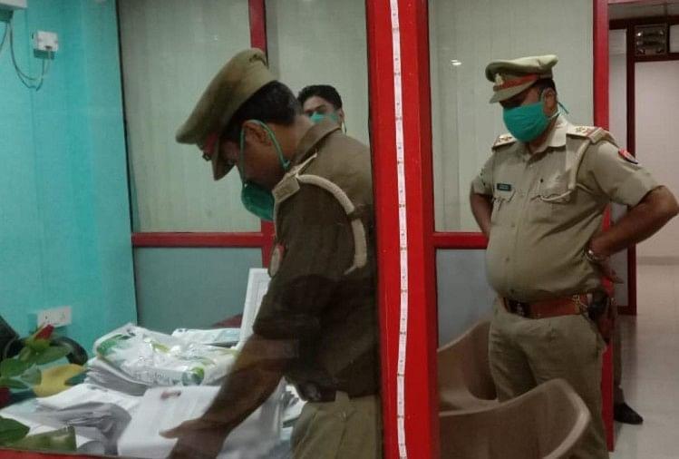 घटनास्थल पर छानबीन करती पुलिस।
