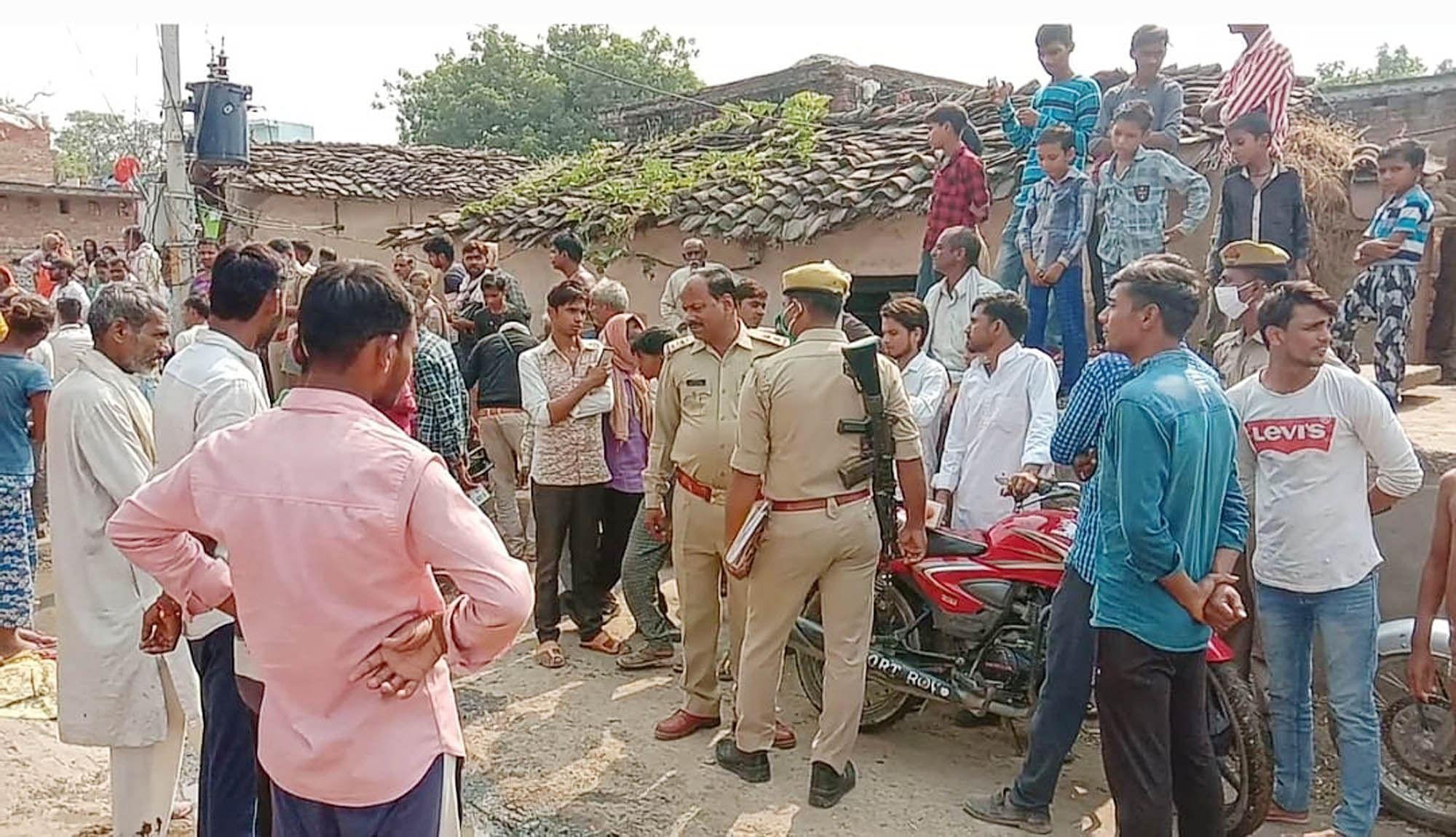 हमीरपुर के बंडा गांव में सीएमओ के घेराव के बाद मौके पर लगी भीड़ व मौजूद पुलिस। संवाद
