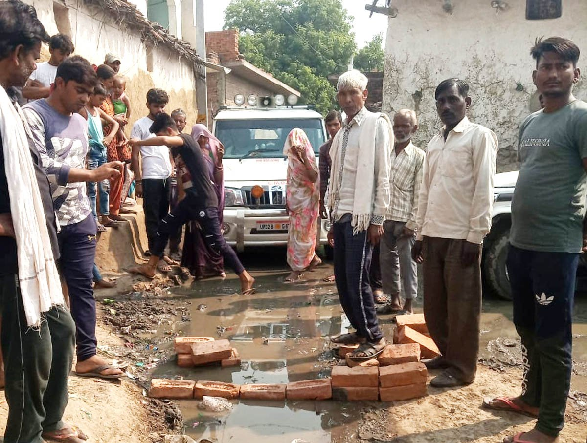 हमीरपुर के बंडा गांव में डेंगू फैलने पर कोई उचित प्रबंध न होने से नाराज ग्रामीण सीएमओ का घेराव कि?
