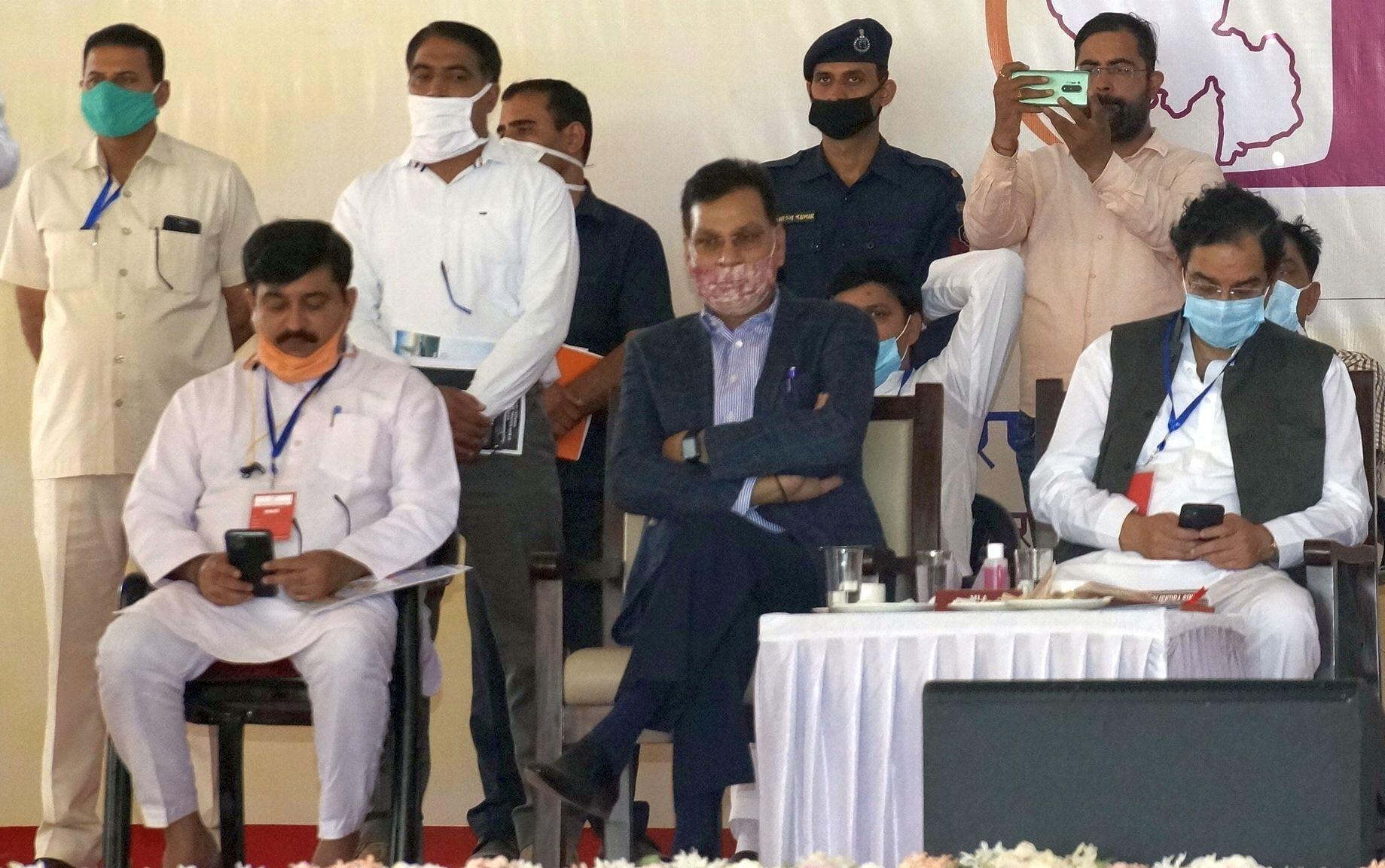 उपमुख्यमंत्री के भाषण के दौरान फोन में मशगूल सांसद बृजेंद्र सिंह व भाजपा जिलाध्यक्ष कैप्टन भूपे