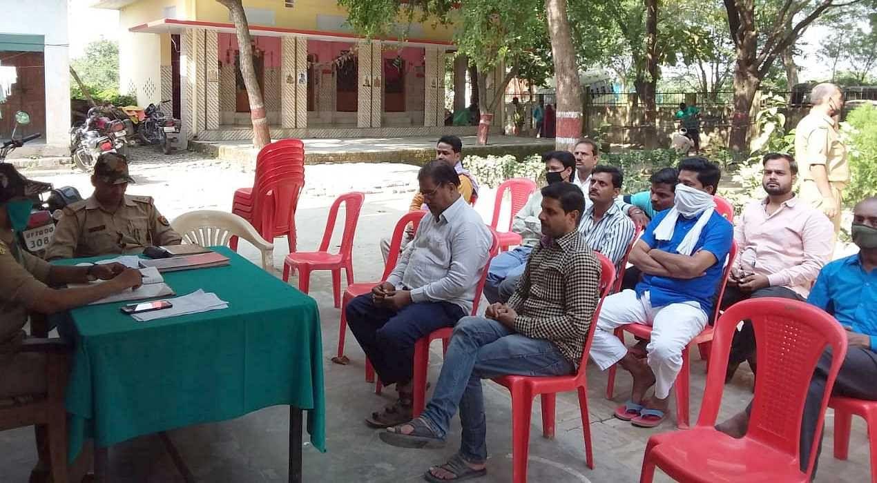 जहानागंज थाना परिसर में सर्राफा व्यापारियों की बैठक।