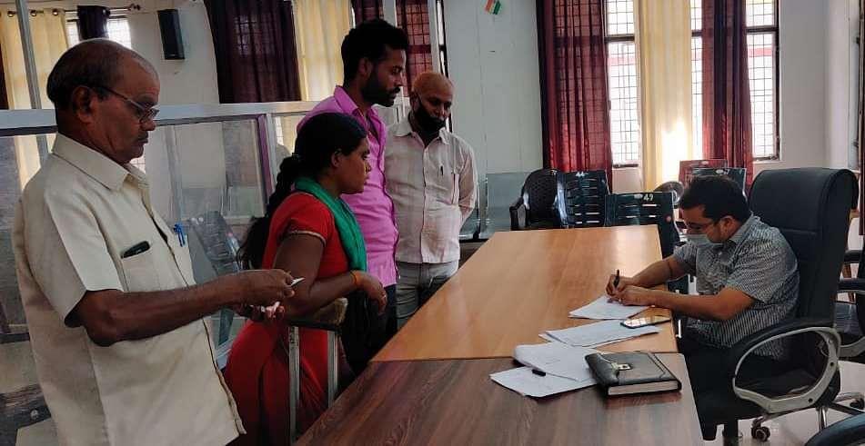 तहसीलदार सगड़ी बृजेंद्र उपाध्याय से कानूनगो की शिकायत करती विकलांग शीलावती।