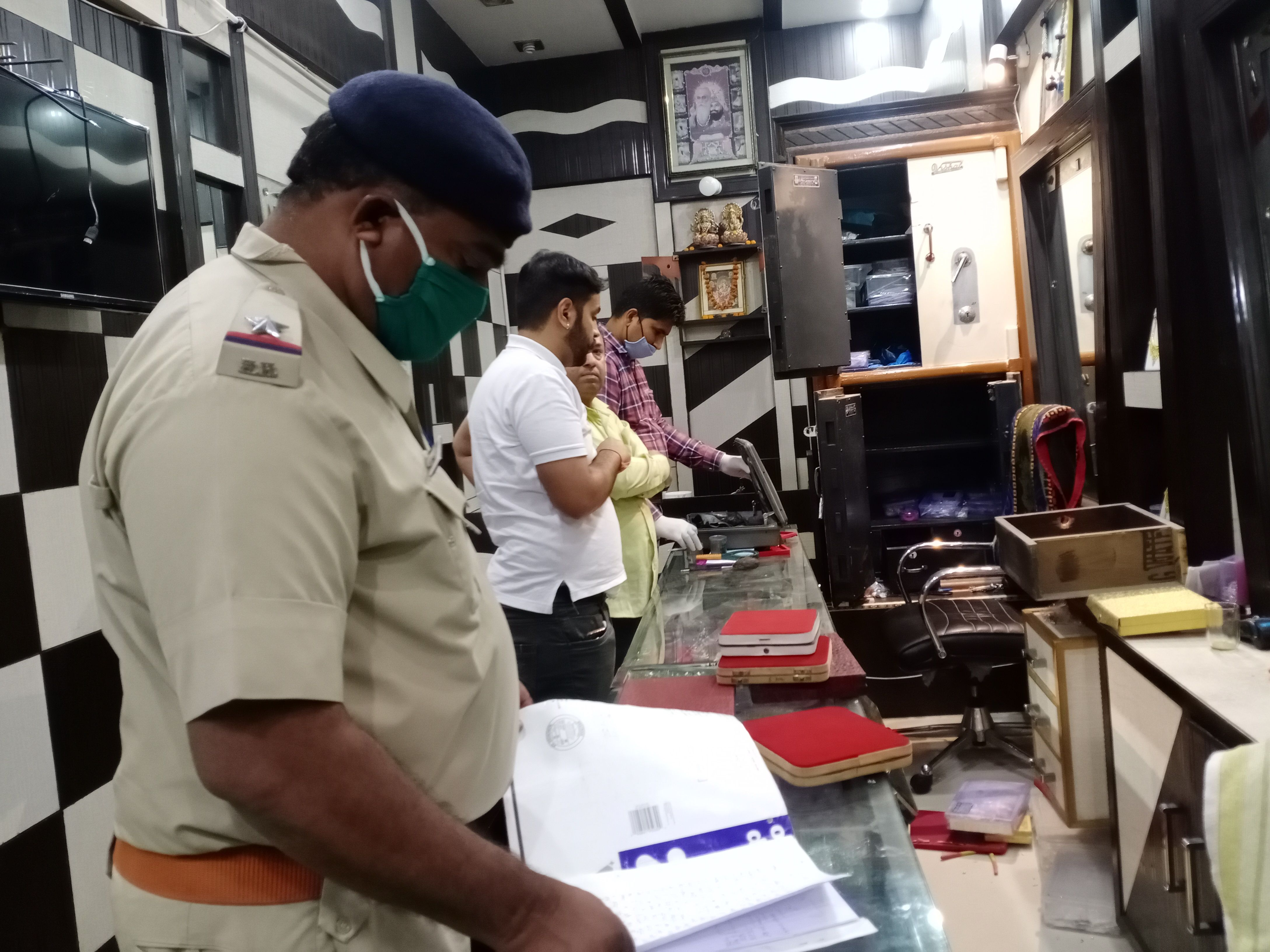 Robbery in Entrance jewelary shop