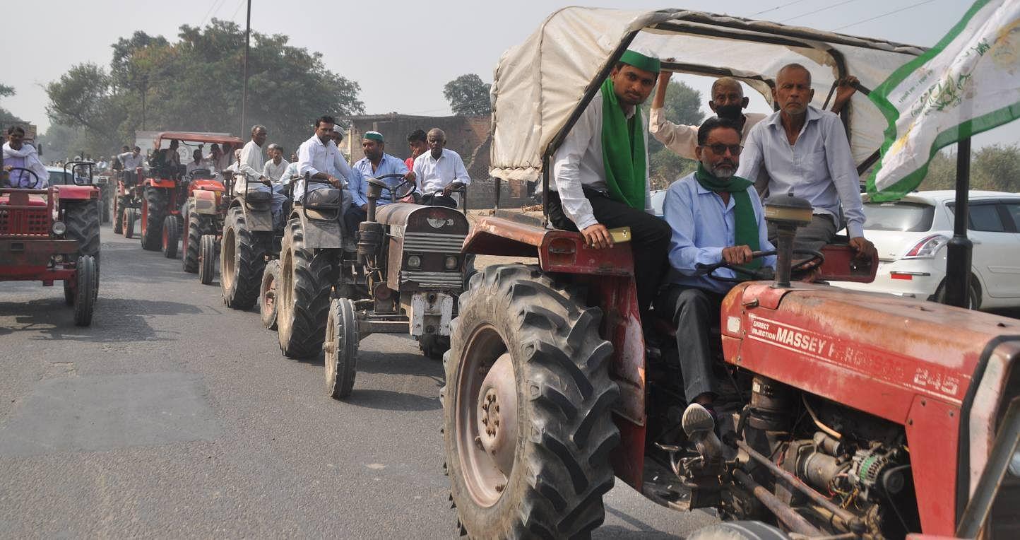 शामली : ट्रैक्टर में बैठकर कलक्ट्रेट में भाकियू के धरने पर जाते किसान।