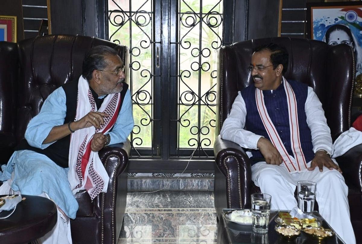 prayagraj news : भाजपा के यूपी प्रभारी राधा मोहन सिंह का स्वागत करते डिप्टी सीएम केशव प्रसाद मौर्य।