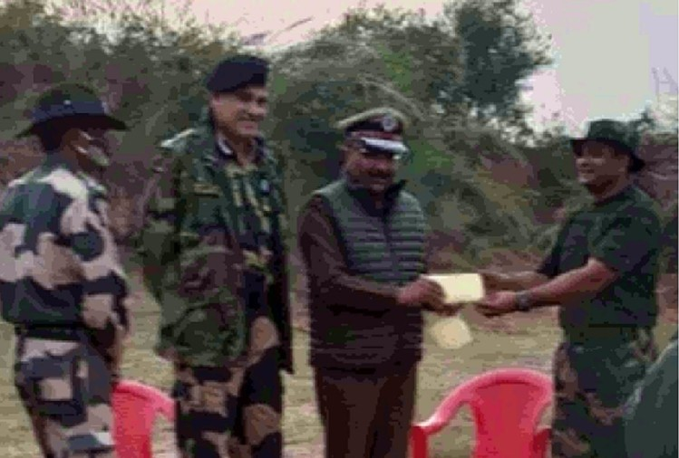 DGP gives prize to the jawan finder