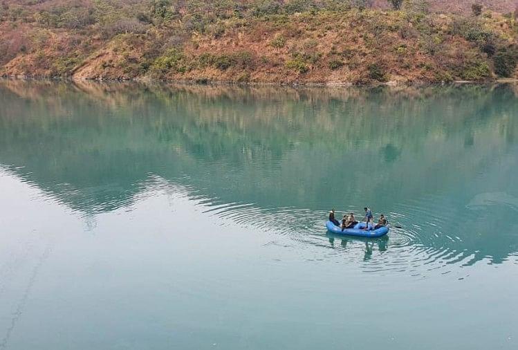 बदरीनाथ हाईवे पर युवक नदी में गिरा, जल पुलिस द्वारा खोजबीन जारी