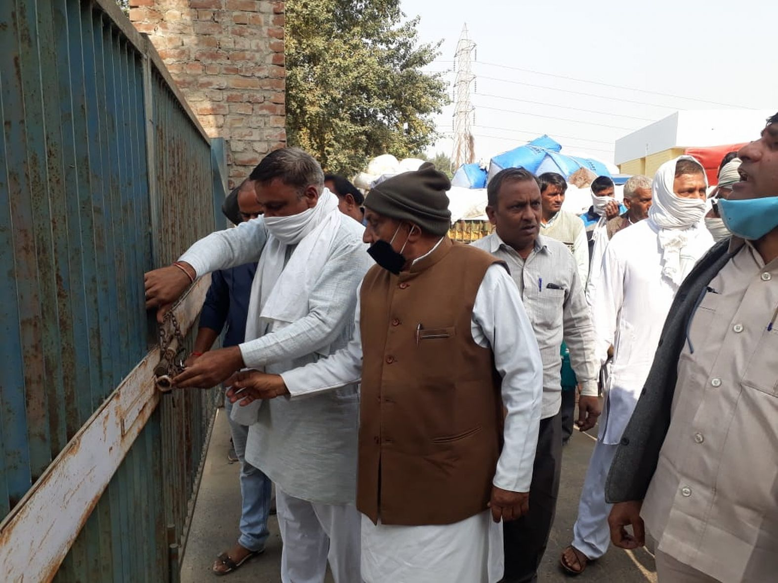 Angry marauders lock Mandi gate, millet purchase also affected