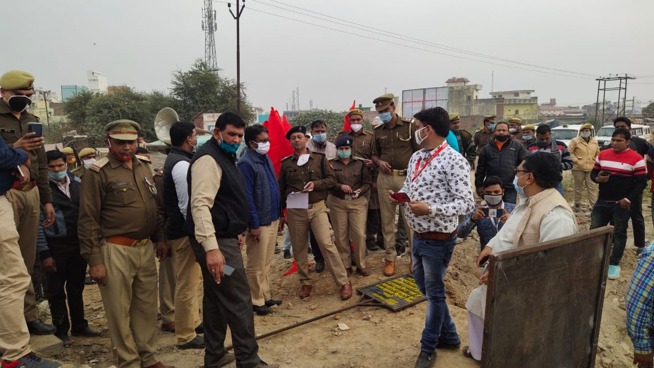 बिजनौर: 07ड्ढ=  शेरकोट में जमीन का जब्तीकरण कराते हुए मौजूद अधिकारी।