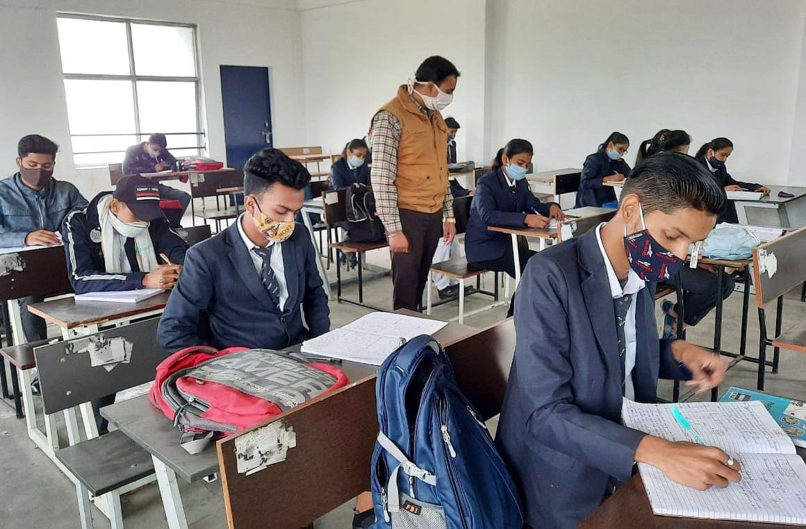 बिजनौर मे विवेक कॉलेज में छात्र छात्राओं को पढ़ाते शिक्षक।