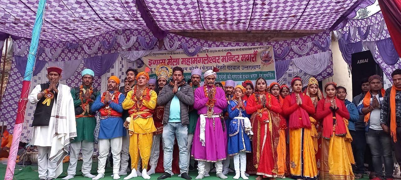 नई टिहरी के मगरौं में इगास बग्वाल पर माधो सिंह भंडारी पर नृत्य नाटिका का मंचन करते कलाकार।