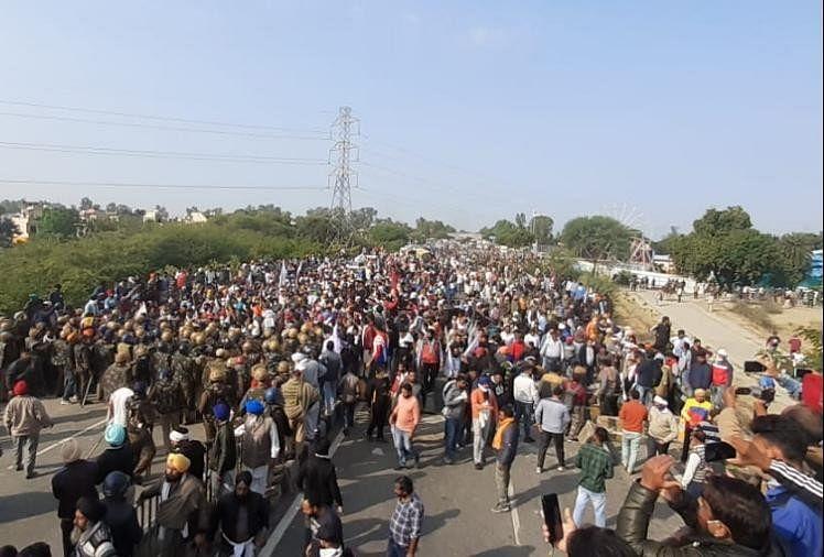 Kisan Andolan Haryana: Farmers Has Gathered On Gt Road In Karnal Of Haryana  - किसान नेता की चेतावनी- चाहे बैरियर तोड़ना पड़े या पैदल जाना पड़े, किसान  दिल्ली जरूर जाएंगे, सड़क पर