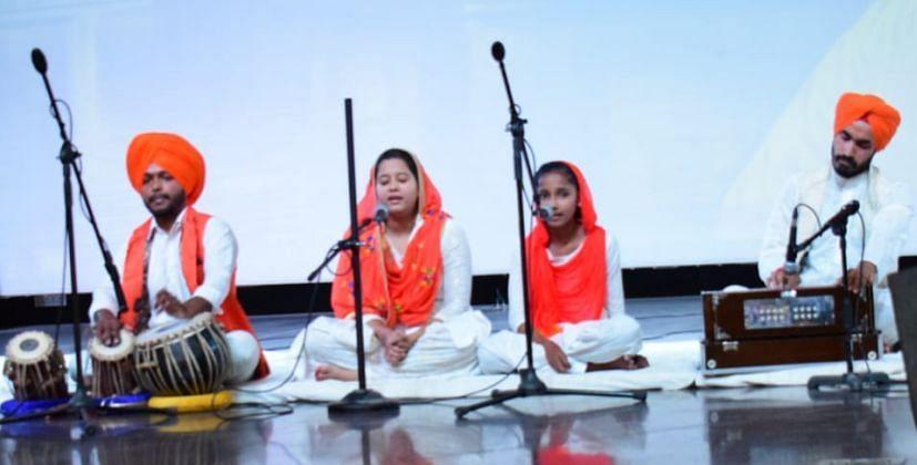 रुद्रपुर के जेसीज स्कूल में ऑनलाइन शबद कीर्तन प्रतियोगिता में प्रस्तुति देते प्रतिभागी।