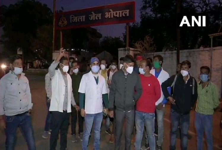 भोपाल: स्थायी नियुक्ति के लिए प्रदर्शन कर रहे स्वास्थ्य कर्मियों पर लाठीचार्ज, 47 गिरफ्तार
