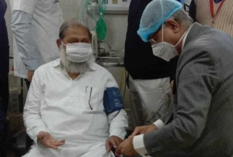 Doctors examine the Health Minister before applying the vaccine.