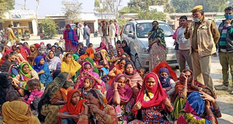 तहसील परिसर में धरने पर बैठीं कांशीराम कालोनी की महिलाएं।