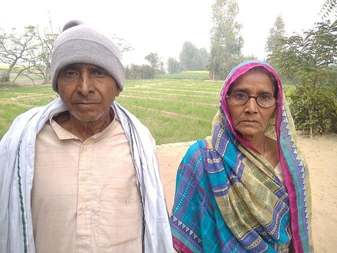 लखनऊ जाने के लिए तैयार खड़ीं महिला किसान चंद्रलता अपने पति तुलाराम के साथ।