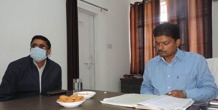 सहायक क्षेत्रीय परिवहन कार्यालय में पत्रावली जांचते आरटीओ संजय सिंह।