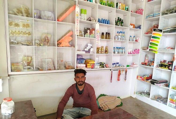 सौंदर्य प्रसाधन की दुकान में सेराज हुसैन।