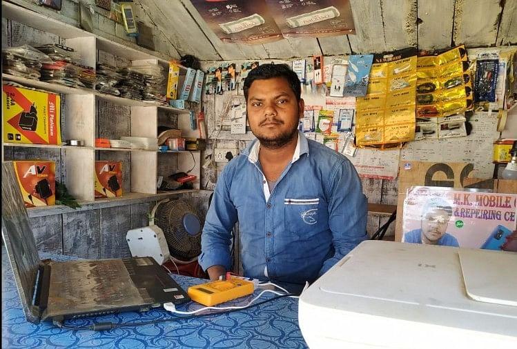 मोबाइल फोन रिपेयरिंग की दुकान में सुनील कुमार।