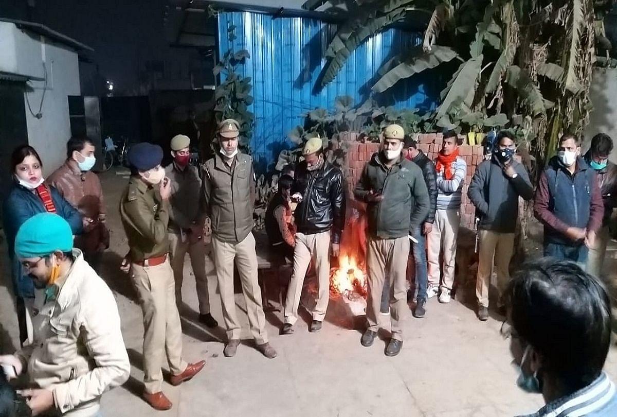 prayagraj news : फाफामऊ में दबिश के दौरान मौजूद पुलिस फोर्स।