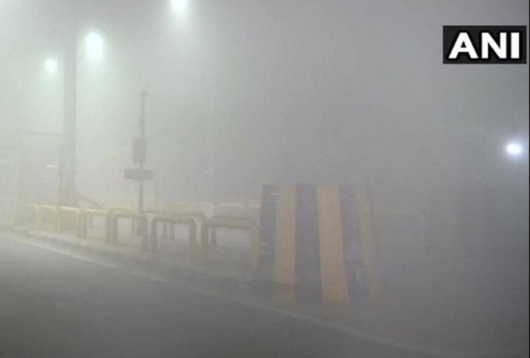नए साल के पहले दिन दिल्ली में घना कोहरा, सीजन में सबसे ठंडा रहा दिसंबर का आखिरी दिन