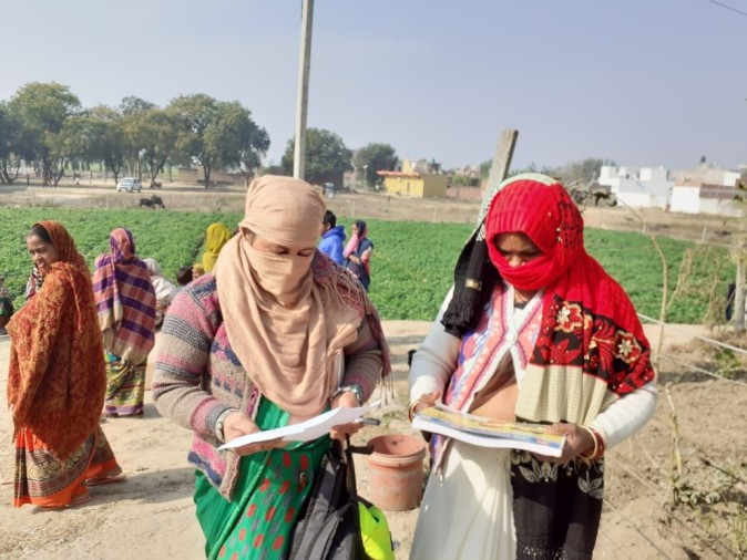 फतुआपुर गांव में संभावित टीबी के मरीजों की सूची तैयार करतीं आशा संगिनी।