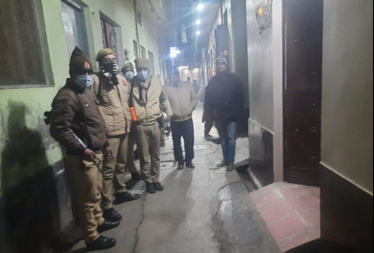 महिला दारोगा के घर के बाहर खड़ी पुलिस