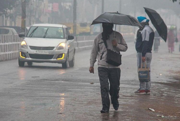 दिल्ली में आज हुई बारिश ने बढ़ाई ठंड